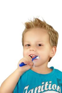 2-jähriger Junge beim Zähne putzen